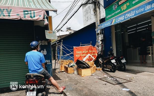 Cận cảnh những chốt chặn bít bùng bằng tôn thép, dây lưới ở Sài Gòn dự kiến sẽ được tháo gỡ trước 30/9 - Ảnh 19.