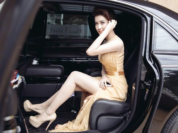Sao Việt bị tóm sống khi vừa xuống xe: Cô thì duyên dáng, cô tí nữa thì lộ điểm ứ ừ - Ảnh 10.