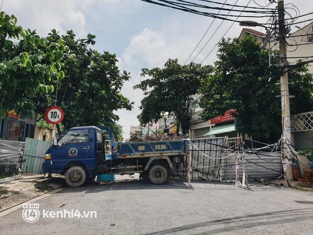 Cận cảnh những chốt chặn bít bùng bằng tôn thép, dây lưới ở Sài Gòn dự kiến sẽ được tháo gỡ trước 30/9 - Ảnh 9.