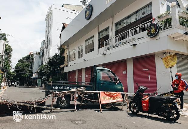 Cận cảnh những chốt chặn bít bùng bằng tôn thép, dây lưới ở Sài Gòn dự kiến sẽ được tháo gỡ trước 30/9 - Ảnh 10.