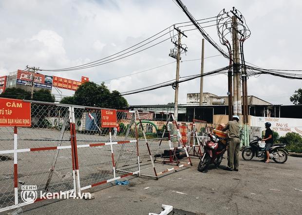 Cận cảnh những chốt chặn bít bùng bằng tôn thép, dây lưới ở Sài Gòn dự kiến sẽ được tháo gỡ trước 30/9 - Ảnh 7.