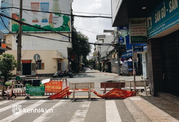 Cận cảnh những chốt chặn bít bùng bằng tôn thép, dây lưới ở Sài Gòn dự kiến sẽ được tháo gỡ trước 30/9 - Ảnh 14.