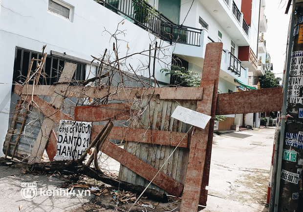 Cận cảnh những chốt chặn bít bùng bằng tôn thép, dây lưới ở Sài Gòn dự kiến sẽ được tháo gỡ trước 30/9 - Ảnh 4.