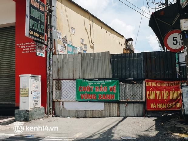 Cận cảnh những chốt chặn bít bùng bằng tôn thép, dây lưới ở Sài Gòn dự kiến sẽ được tháo gỡ trước 30/9 - Ảnh 3.