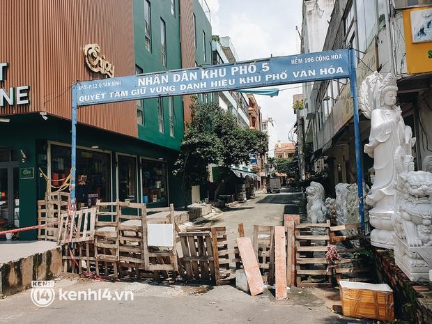 Cận cảnh những chốt chặn bít bùng bằng tôn thép, dây lưới ở Sài Gòn dự kiến sẽ được tháo gỡ trước 30/9 - Ảnh 15.