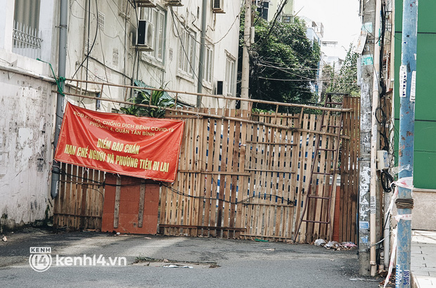 Cận cảnh những chốt chặn bít bùng bằng tôn thép, dây lưới ở Sài Gòn dự kiến sẽ được tháo gỡ trước 30/9 - Ảnh 2.