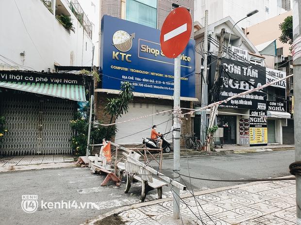 Cận cảnh những chốt chặn bít bùng bằng tôn thép, dây lưới ở Sài Gòn dự kiến sẽ được tháo gỡ trước 30/9 - Ảnh 6.
