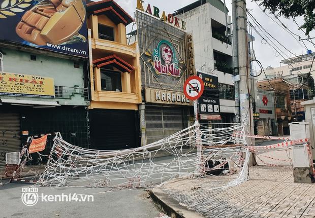 Cận cảnh những chốt chặn bít bùng bằng tôn thép, dây lưới ở Sài Gòn dự kiến sẽ được tháo gỡ trước 30/9 - Ảnh 5.