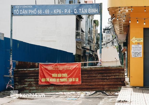Cận cảnh những chốt chặn bít bùng bằng tôn thép, dây lưới ở Sài Gòn dự kiến sẽ được tháo gỡ trước 30/9 - Ảnh 1.