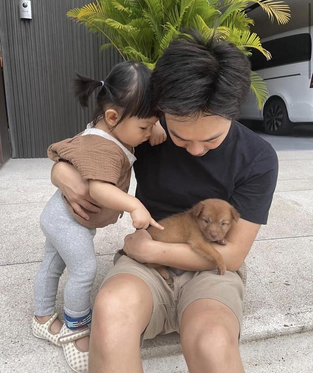 Cường Đô La vừa đón thêm thành viên mới bị bỏ rơi ngoài công viên, ái nữ Suchin mới 1 tuổi đã có em rồi! - Ảnh 3.