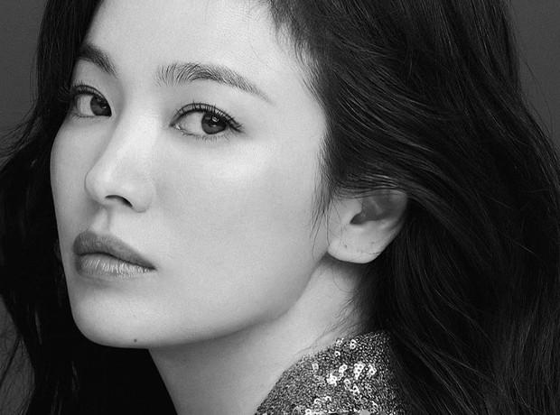 Chỉ với 2 bức ảnh trắng đen, Song Hye Kyo đã phô diễn được toàn bộ cái gọi là nữ thần nhan sắc của các nữ thần - Ảnh 3.