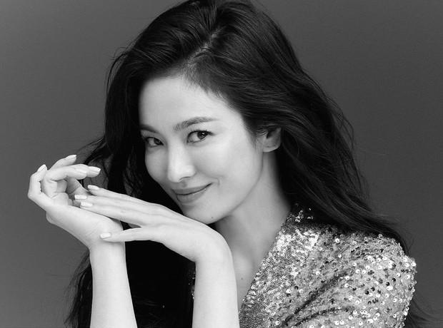 Chỉ với 2 bức ảnh trắng đen, Song Hye Kyo đã phô diễn được toàn bộ cái gọi là nữ thần nhan sắc của các nữ thần - Ảnh 2.