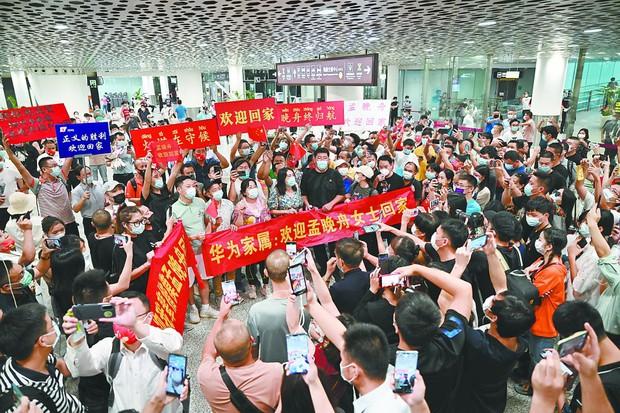 Trung Quốc chào đón đại công chúa Huawei về nước như người hùng: 100 triệu người xem trực tiếp, fan hâm mộ đứng vây kín sân bay - Ảnh 5.