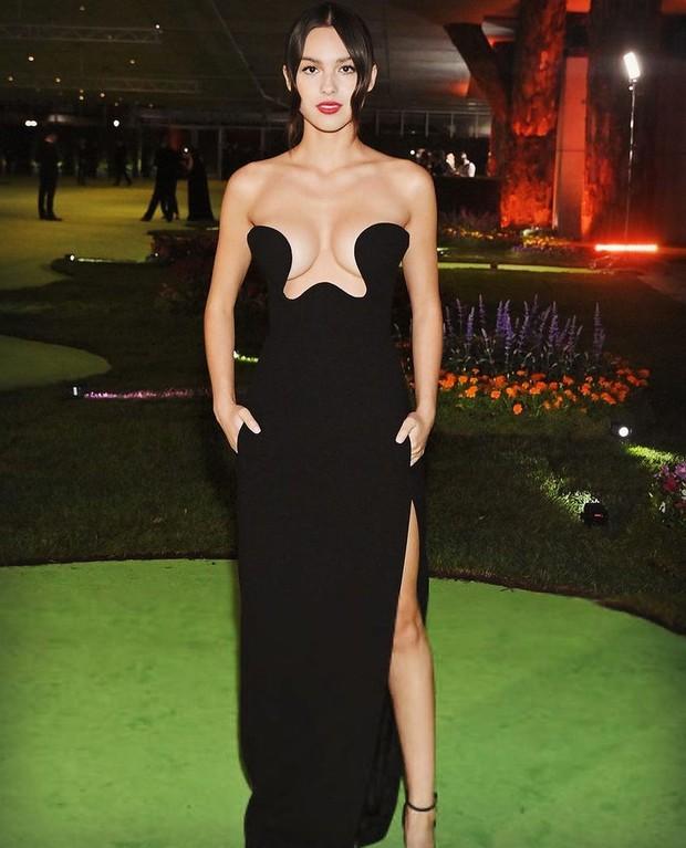 MXH náo loạn vì Olivia Rodrigo: Hở bạo bất ngờ, váy như muốn ú oà với vòng 1 bốc lửa - Ảnh 2.