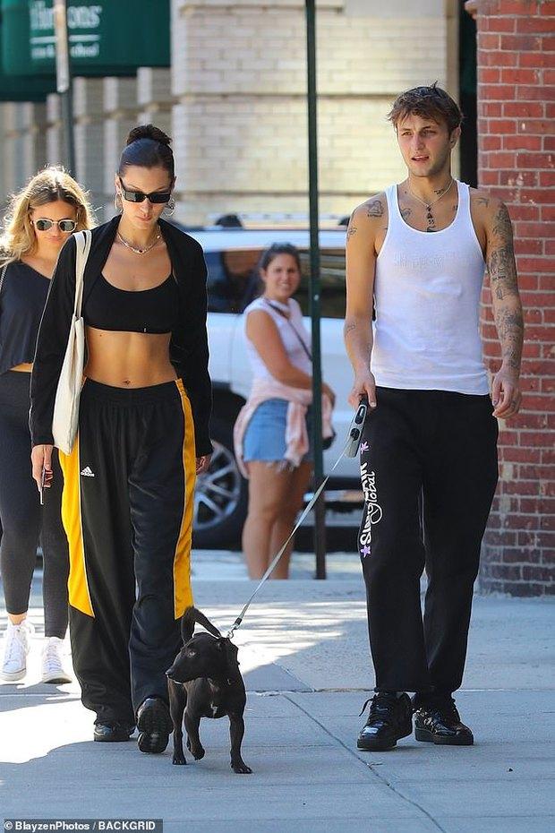 2 chị em cực phẩm Bella Hadid đi bộ thôi cũng gây sốt: Cô chị khoe cơ bụng sexy, thần thái sang chảnh át cả cậu em trai cao 1m85 bên cạnh - Ảnh 2.