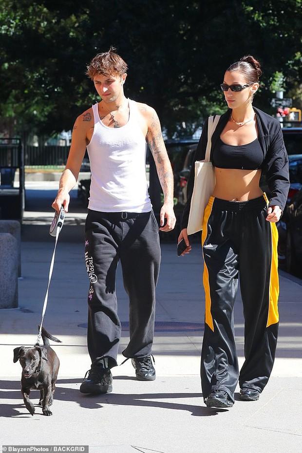 2 chị em cực phẩm Bella Hadid đi bộ thôi cũng gây sốt: Cô chị khoe cơ bụng sexy, thần thái sang chảnh át cả cậu em trai cao 1m85 bên cạnh - Ảnh 4.