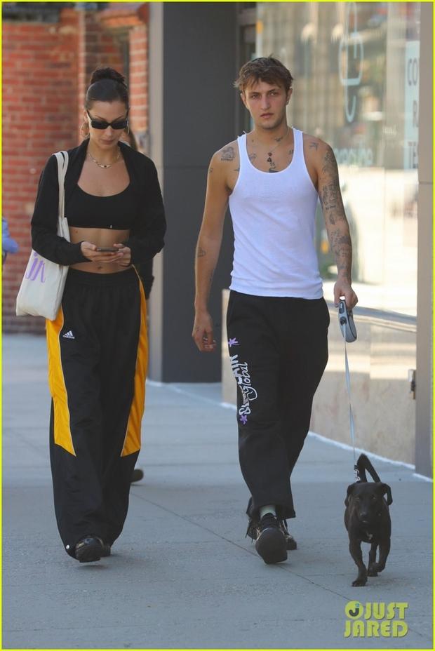 2 chị em cực phẩm Bella Hadid đi bộ thôi cũng gây sốt: Cô chị khoe cơ bụng sexy, thần thái sang chảnh át cả cậu em trai cao 1m85 bên cạnh - Ảnh 3.