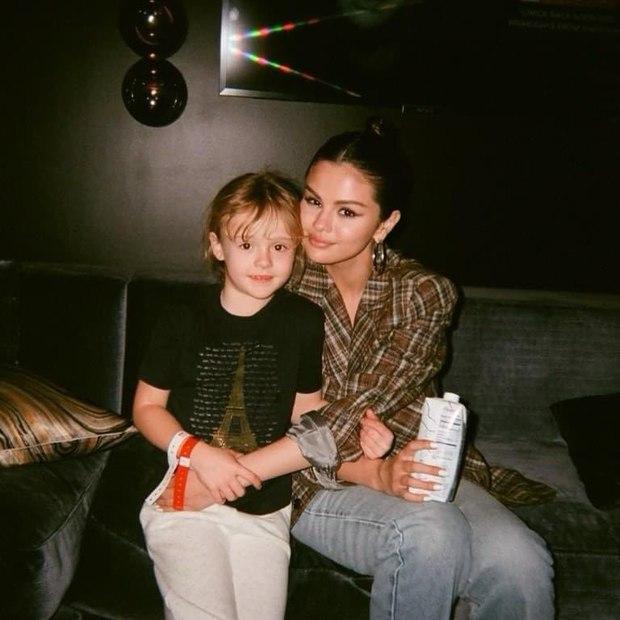 Selena Gomez mãi mới chịu khoe em gái: Visual xinh xỉu như mẫu nhí, nhìn lại thảm đỏ Frozen 2 mới thấy khác biệt hẳn - Ảnh 2.