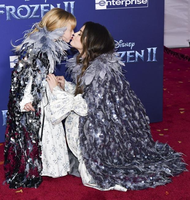 Selena Gomez mãi mới chịu khoe em gái: Visual xinh xỉu như mẫu nhí, nhìn lại thảm đỏ Frozen 2 mới thấy khác biệt hẳn - Ảnh 6.