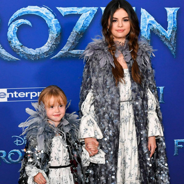 Selena Gomez mãi mới chịu khoe em gái: Visual xinh xỉu như mẫu nhí, nhìn lại thảm đỏ Frozen 2 mới thấy khác biệt hẳn - Ảnh 4.