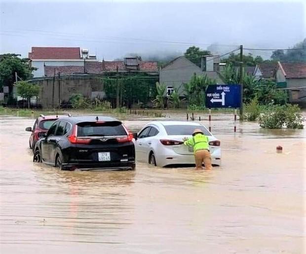 Một người mất tích, gần 700 ngôi nhà bị ngập, dân di dời khẩn cấp do mưa lớn ở Nghệ An - Ảnh 1.