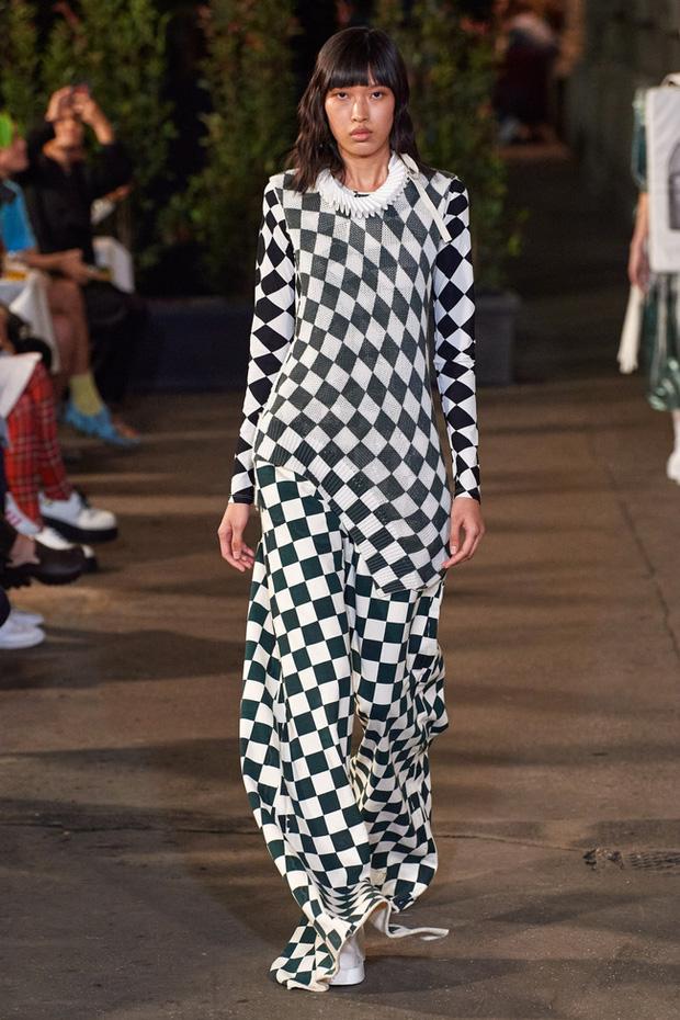 Mẫu Việt giờ vươn xa quá: Phương Oanh catwalk cho Dolce&Gabbana, có nàng còn phô trọn vòng 1 trên sàn diễn quốc tế - Ảnh 2.