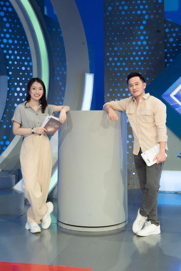 MC Ngọc Huy nhận xét về Khánh Vy khi lần đầu dẫn Olympia, tiết lộ hành động ghi điểm tuyệt đối mà cô nàng làm với thí sinh - Ảnh 2.