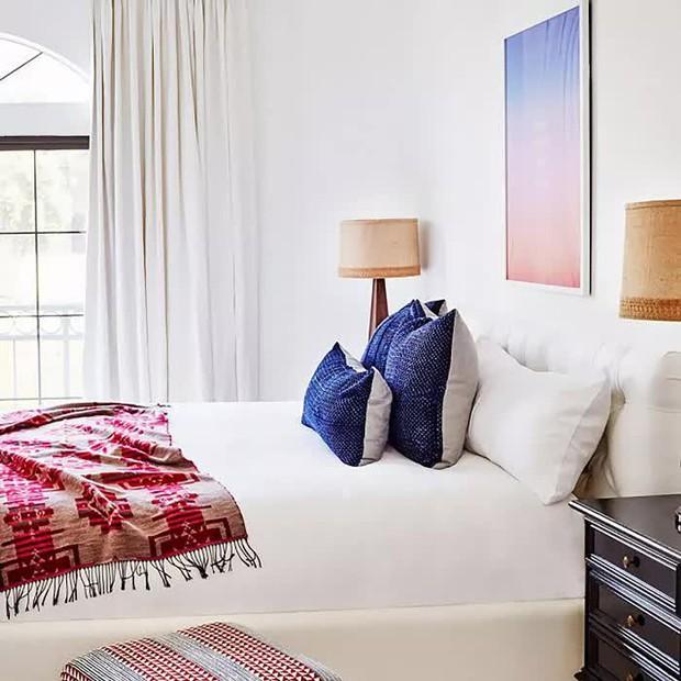 6 lỗi thiết kế khiến phòng ngủ luôn bí bách, mệt mỏi dễ từ đây mà ra - Ảnh 1.