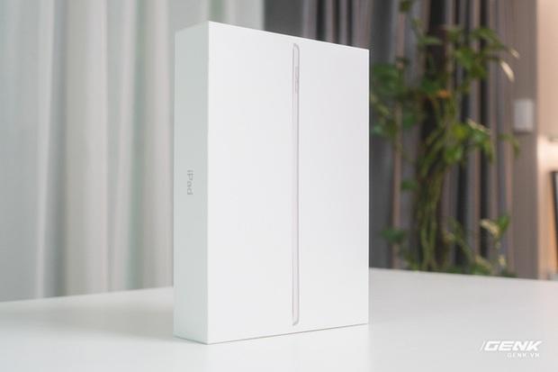 Trên tay iPad 9 tại VN: Thiết kế lỗi thời nhưng vẫn sẽ bán rất chạy! - Ảnh 1.