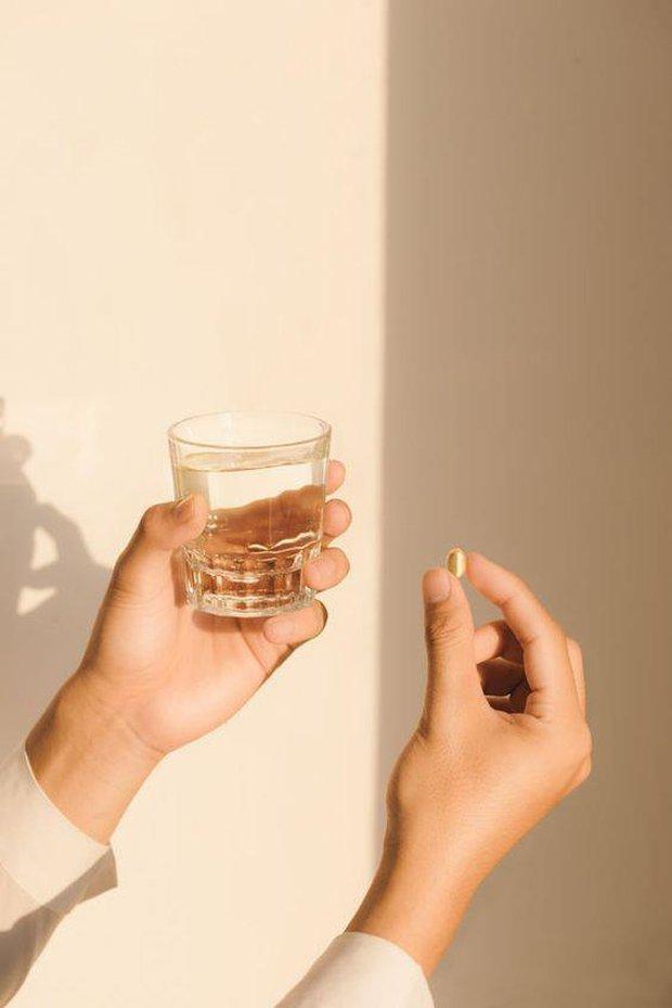 Có ít nhất 4 lý do khiến bạn bị lên mụn khi uống thực phẩm chức năng đấy nhé! - Ảnh 2.