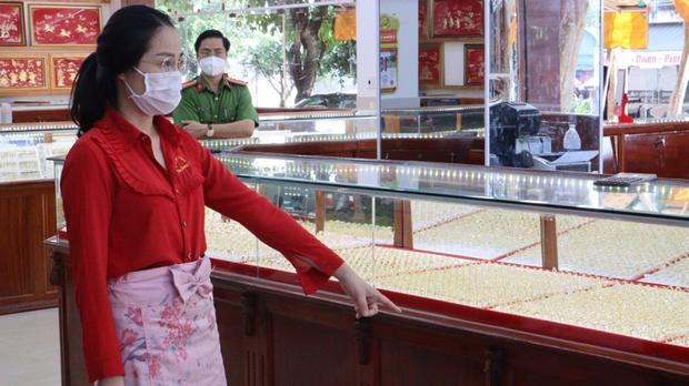 Nữ nhân viên lấy trộm hàng ngàn nhẫn vàng ở Bình Phước bị khởi tố - Ảnh 1.