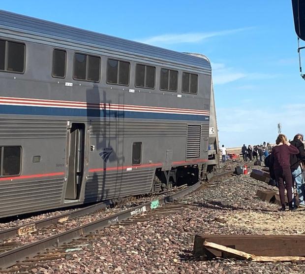 Tàu hỏa trật bánh khiến nhiều người thương vong ở Mỹ - Ảnh 1.