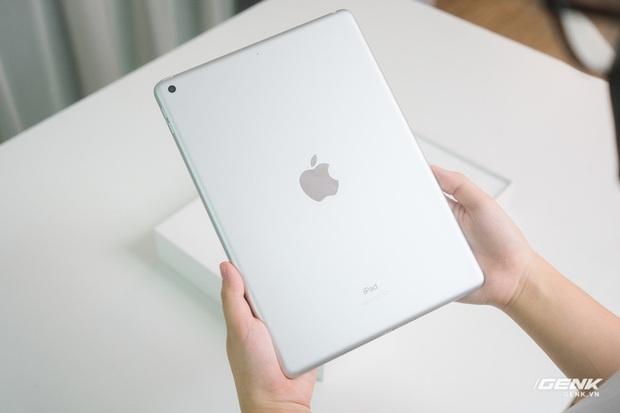 Trên tay iPad 9 tại VN: Thiết kế lỗi thời nhưng vẫn sẽ bán rất chạy! - Ảnh 3.