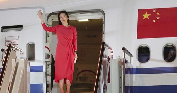 Trung Quốc chào đón đại công chúa Huawei về nước như người hùng: 100 triệu người xem trực tiếp, fan hâm mộ đứng vây kín sân bay - Ảnh 1.