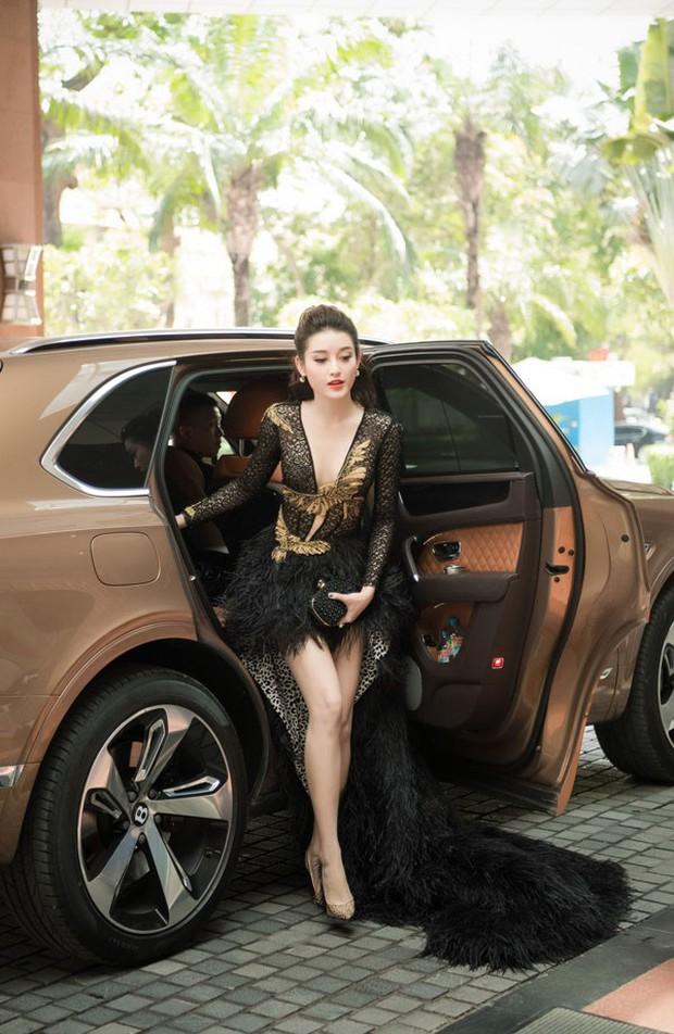 Sao Việt bị tóm sống khi vừa xuống xe: Cô thì duyên dáng, cô tí nữa thì lộ điểm ứ ừ - Ảnh 9.