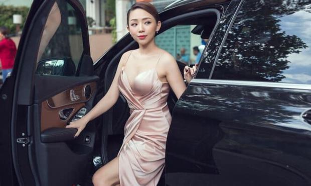 Sao Việt bị tóm sống khi vừa xuống xe: Cô thì duyên dáng, cô tí nữa thì lộ điểm ứ ừ - Ảnh 8.