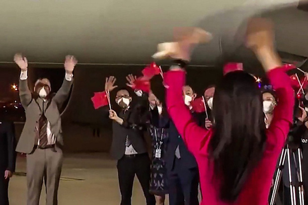 """Màn tỏ tình giữa sân bay đông người của chồng """"công chúa Huawei"""" gây sốt, dân mạng cảm thán như """"ngôn tình đời thực"""" - Ảnh 2."""