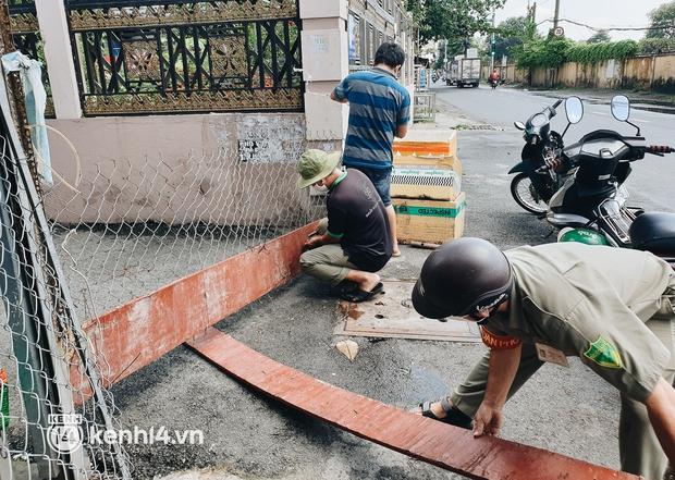 Ảnh: Nhiều rào chắn bít bùng ở TP.HCM dần được dỡ bỏ, người dân di chuyển bình thường - Ảnh 5.