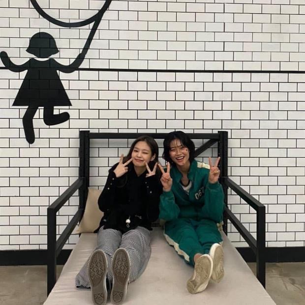 Jennie đến tận phim trường và lộ quan hệ thật với nữ chính Squid Game, nhưng mối liên hệ với Lee Jung Jae còn gây tò mò hơn - Ảnh 3.
