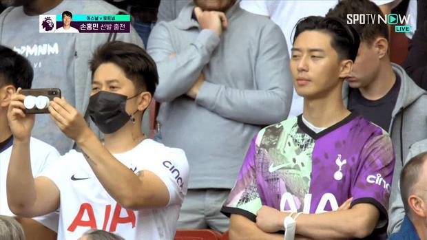 Chương trình trực tiếp bóng đá ở London bỗng tình cờ bắt được Park Seo Joon trên khán đài, chuyện gì đây? - Ảnh 2.