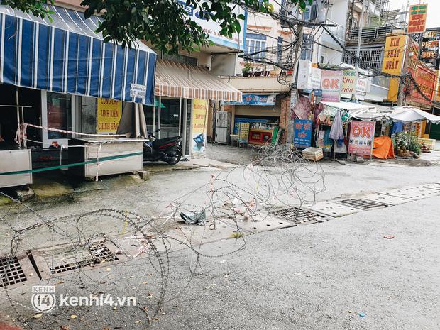 Ảnh: Nhiều rào chắn bít bùng ở TP.HCM dần được dỡ bỏ, người dân di chuyển bình thường - Ảnh 16.