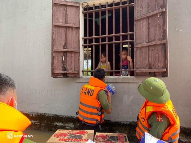 Cận cảnh hơn 3.000 hộ dân ở Nghệ An vẫn bì bõm trong lũ - Ảnh 10.