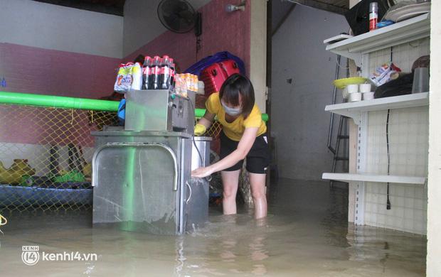 Cận cảnh hơn 3.000 hộ dân ở Nghệ An vẫn bì bõm trong lũ - Ảnh 2.