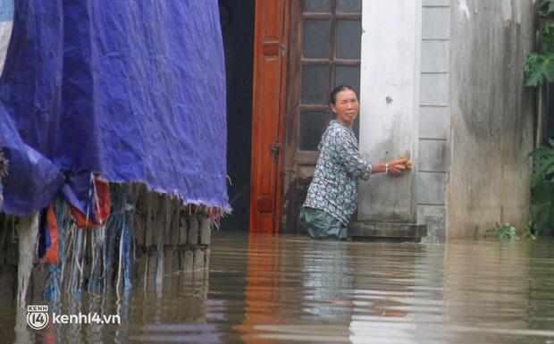 Cận cảnh hơn 3.000 hộ dân ở Nghệ An vẫn bì bõm trong lũ - Ảnh 3.