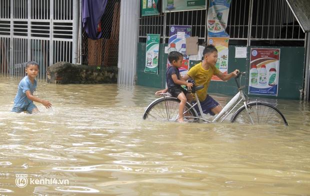 Cận cảnh hơn 3.000 hộ dân ở Nghệ An vẫn bì bõm trong lũ - Ảnh 5.