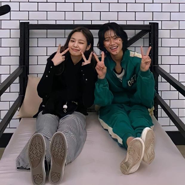 Jennie ghé trường quay Squid Game, giúp cô bạn thân Jung Ho Yeon lập kỷ lục mới trên Instagram cá nhân - Ảnh 1.