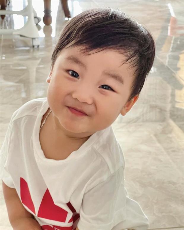 Chưa tròn 2 tuổi quý tử nhà Hòa Minzy đã bắt đầu tập viết, nhìn nét chữ và ý nghĩa mà bất ngờ quá! - Ảnh 5.