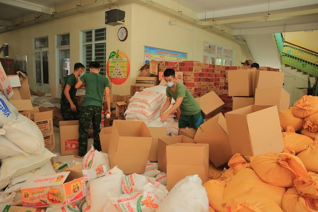 Em gái tỷ phú của Cẩm Ly tiếp tục tặng hàng trăm tấn lương thực và tiền mặt cho bà con 3 tỉnh thành phố, khẳng định không kêu gọi quyên góp - Ảnh 4.