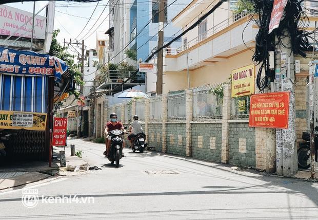 Ảnh: Nhiều rào chắn bít bùng ở TP.HCM dần được dỡ bỏ, người dân di chuyển bình thường - Ảnh 11.