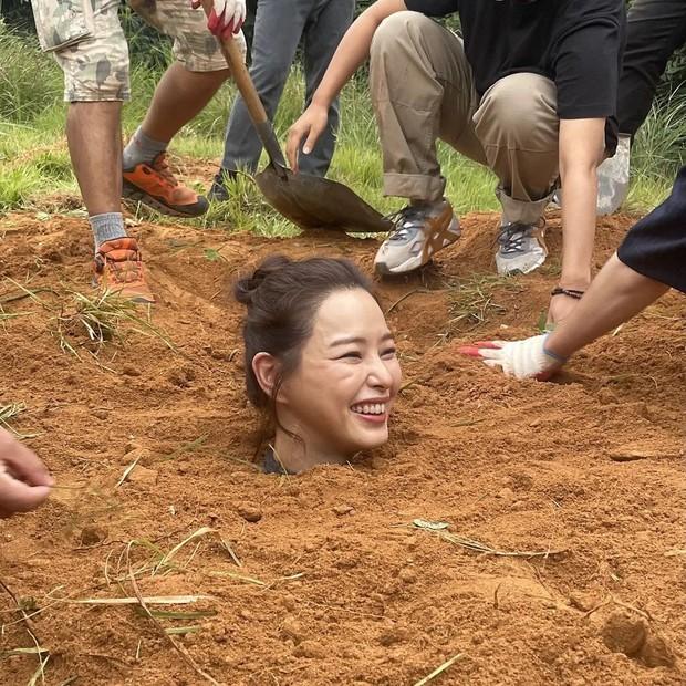 """Giới sắc đẹp chắc có mỗi Hoa hậu Hàn đẹp nhất thế giới chịu cảnh """"dìm"""" thảm thế này, ngã ngửa vì ảnh hậu trường đi vào lòng đất… theo đúng nghĩa đen - Ảnh 5."""
